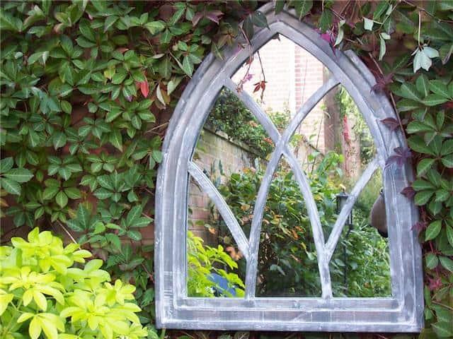 specchio in giardino