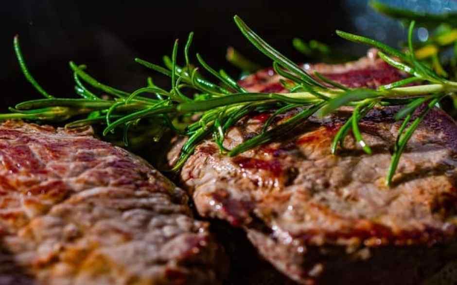 rosmarino per insaporire la carne alla griglia