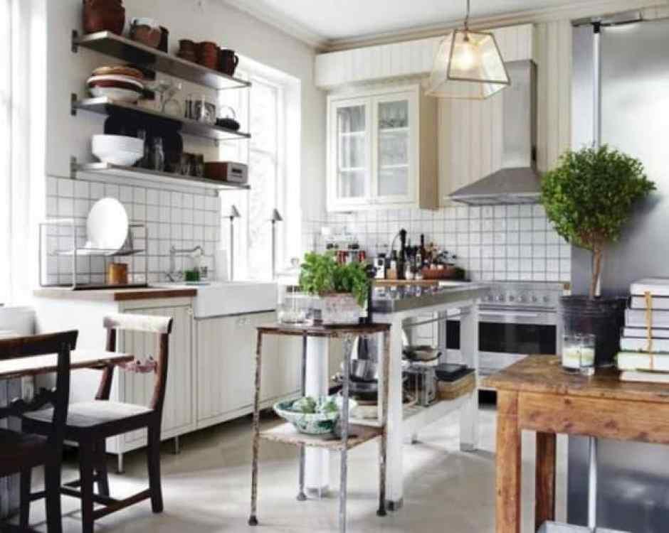 Cucina moderna con piante aromatiche e bonsai