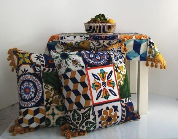 Cuscini colorati con motivi a maiolica.
