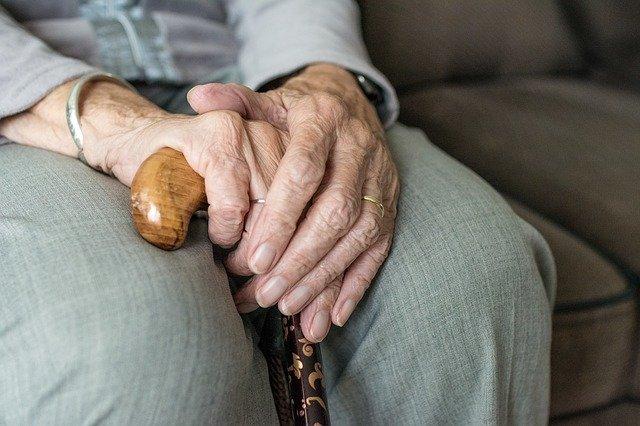 Placer une personne âgée dans une maison de retraite: quels sont les avantages?