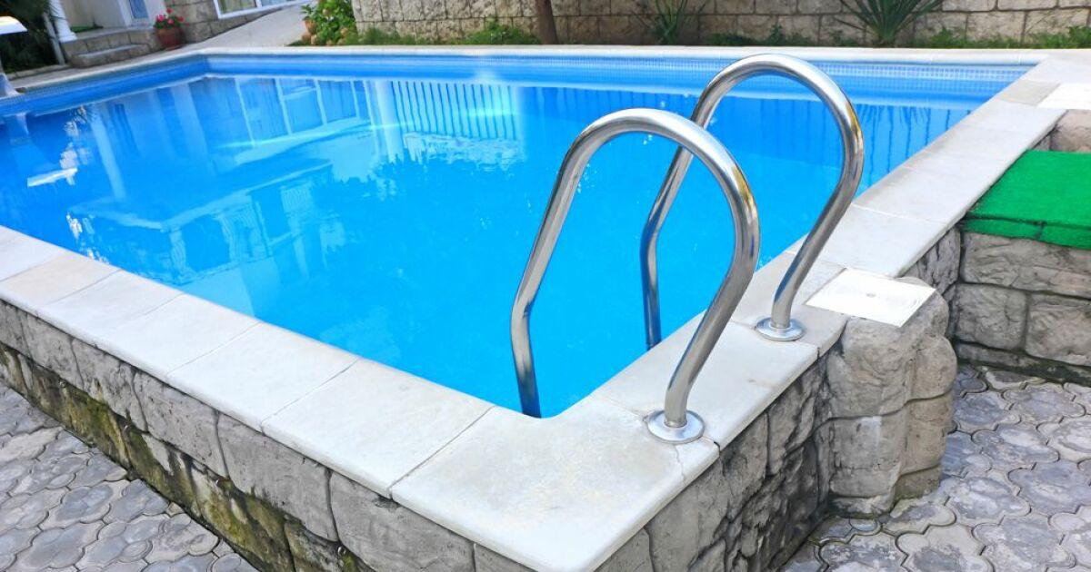 choisir une piscine coque semi enterree