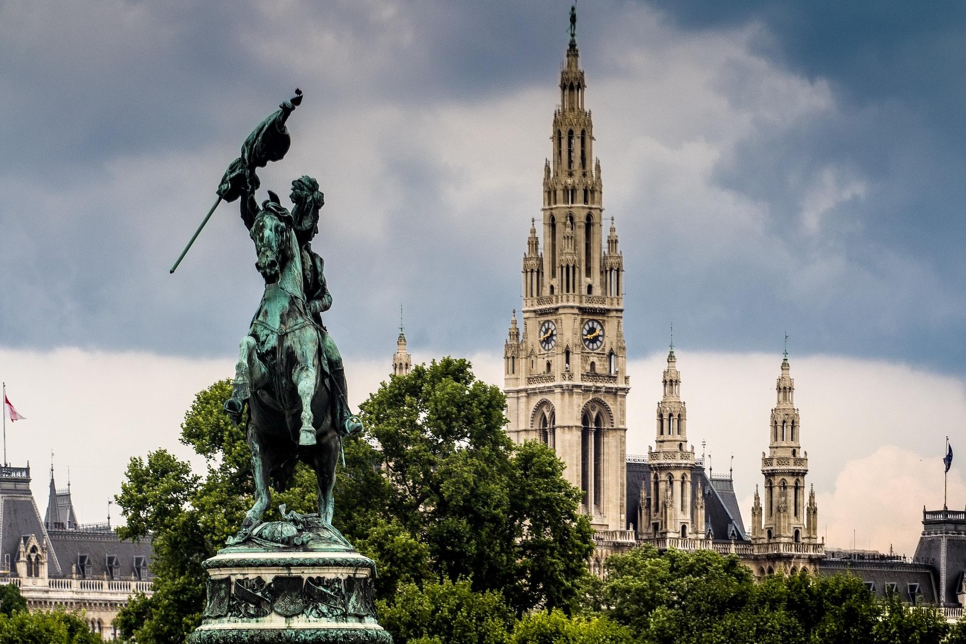 Reiterstandbild am Heldenplatz mit Blick auf das Rathaus