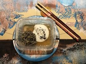 """Noodles di capesante, parmigiano e dashi - Su contenitore modello """"usa e getta"""" in silicone"""