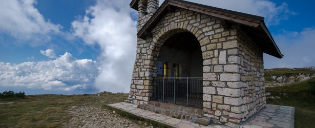 Chiesetta dedicata a Monsignor Cesare Viesi sulla cima Altissimo del Monte Baldo