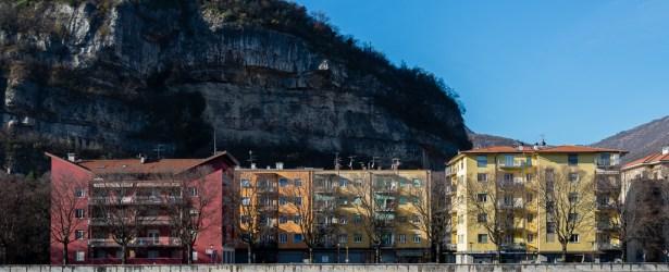 Via Lungadige Marco Apuleio dominata dal Monumento a Cesare Battisti sul Doss Trento