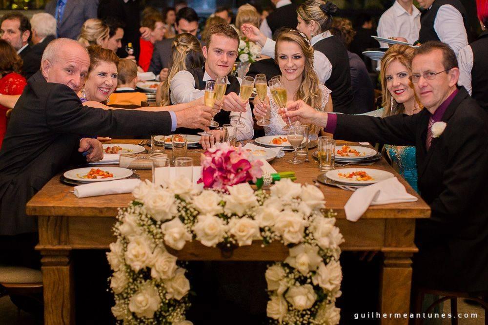 Fotografia de Casamento Luana e Alysson brinde na mesa dos pais e noivos