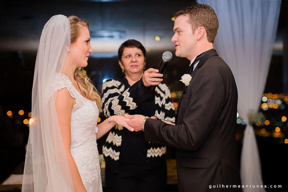 Fotografia de Casamento Luana e Alysson noivo colocando aliança