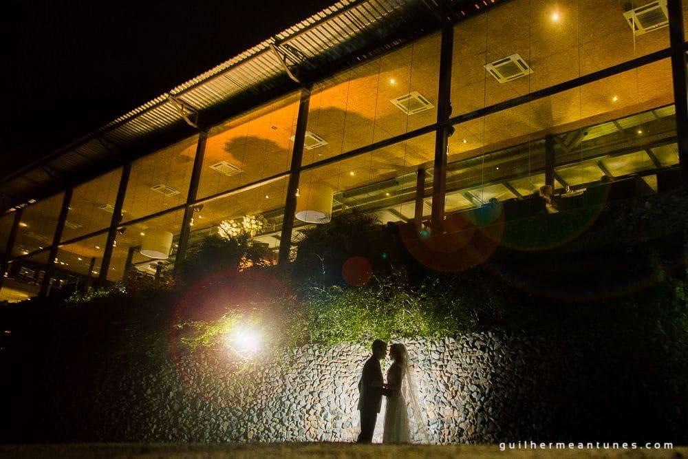 Fotografia de Casamento Luana e Alysson noivos na entrada do restaurante indaiá