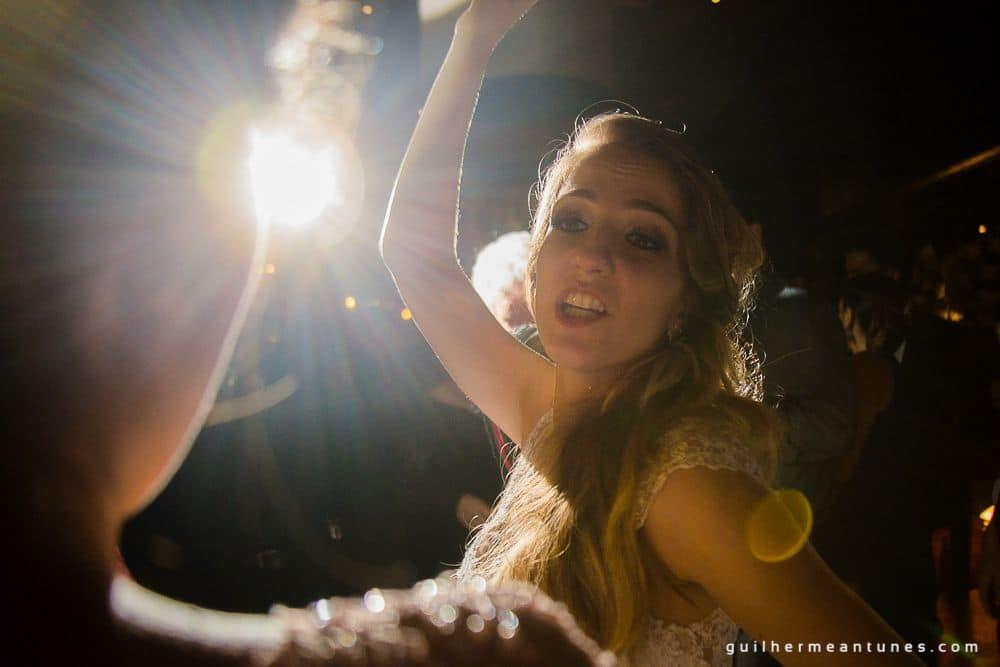 Fotografia de Casamento Luana e Alysson noivos iluminados na pista de dança