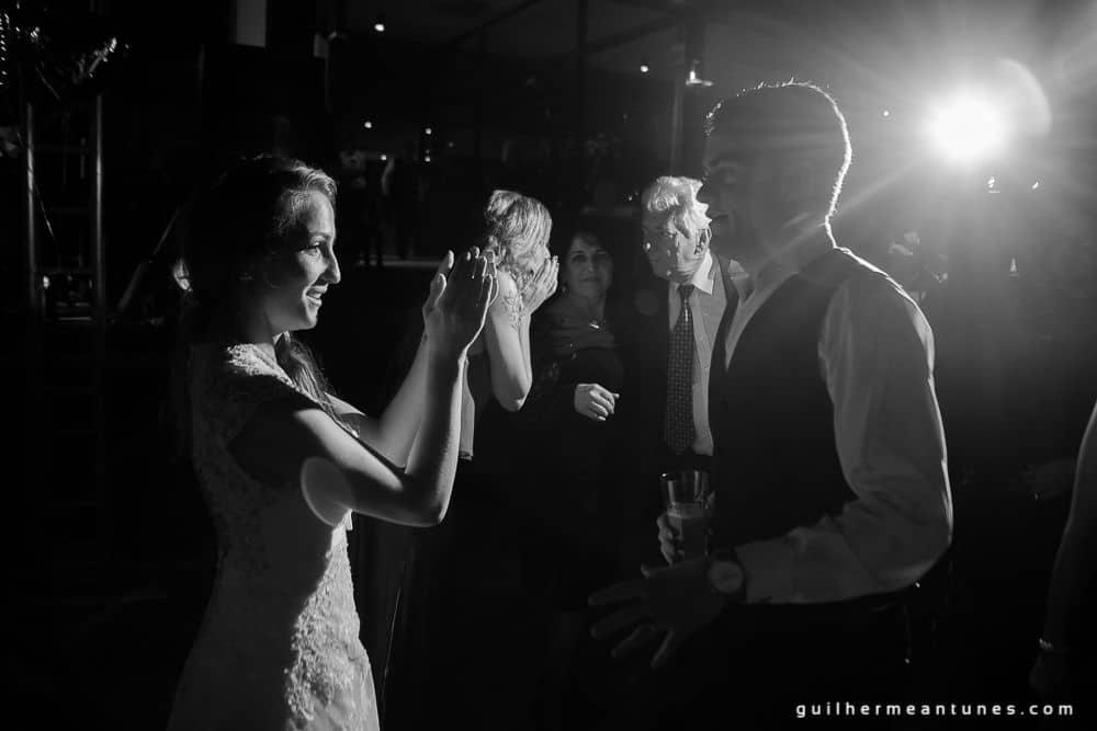 Fotografia de Casamento Luana e Alysson noivos na pista de dança de perfil