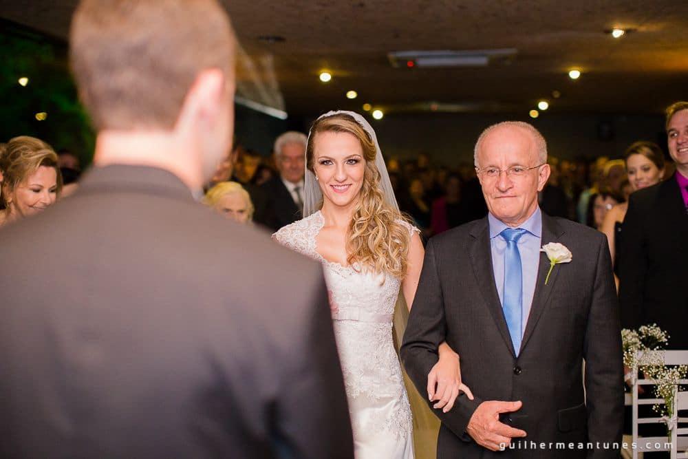 Fotografia de Casamento Luana e Alysson pai entrega noiva ao noivo no altar