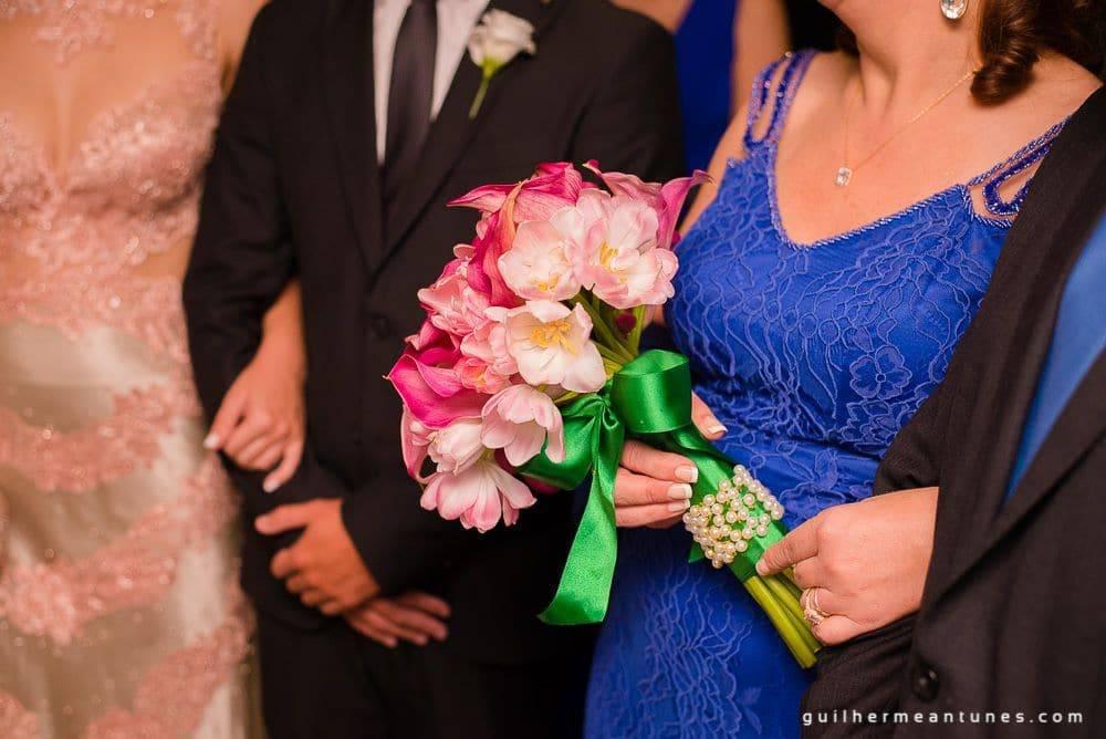 Fotografia de Casamento Luana e Alysson pais da noiva com buquê