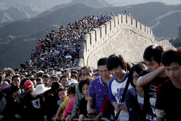 """""""Seas of people"""" on the Great Wall during China's National Day holiday"""