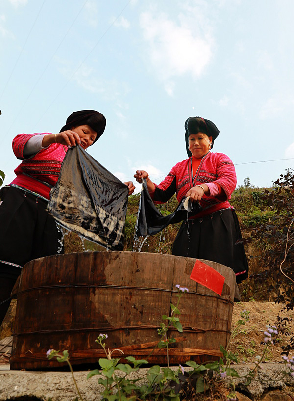 dyeing cloth in Longsheng
