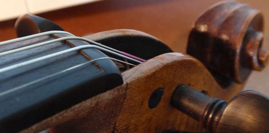 La jonction entre le manche, la touche et le sillet est une partie très importante pour le confort du musicien.