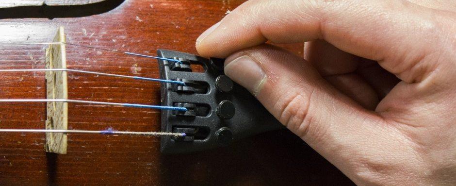 Les ajusteurs fins sur les cordiers sont des accessoires relativement utiles pour faciliter l'accordage.