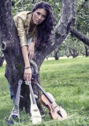 Stefaniya Lushchevskaya est une violoniste russe qui évolue dans un contexte de cross-over classique : elle utilise des instruments électriques et acoustiques.