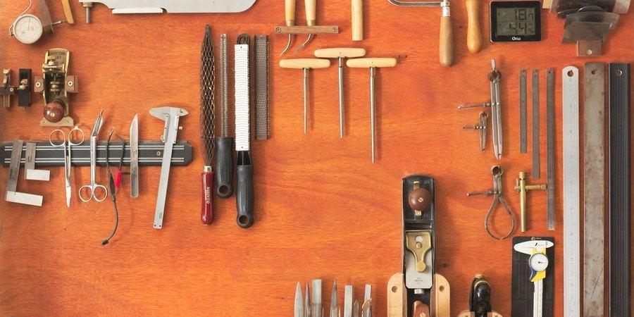 Les outils à main qui serviront lors du travail du bois et la sculpture.