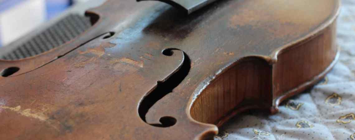 Ce violon a bien besoin d'une réparation, on peut même parler ici d'une restauration.