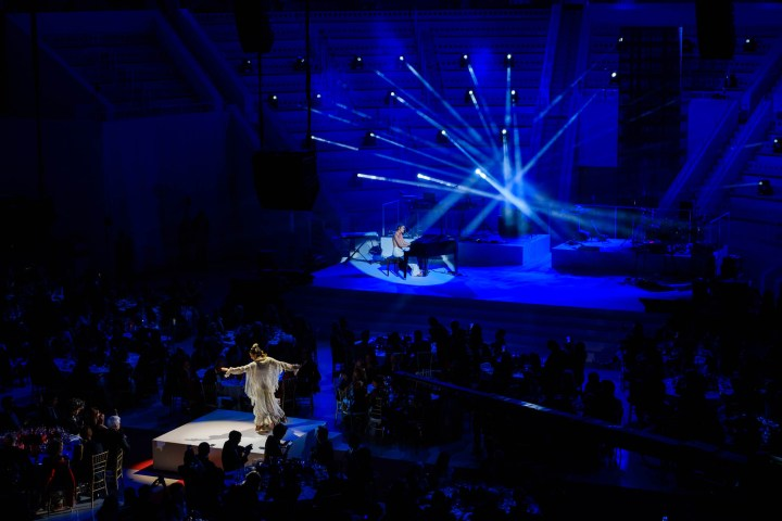 Aloma de Balma i Amaia en la seva actuació durant la gala People in Red de la Fundació Lluita contra la Sida (Barcelona, 2018)
