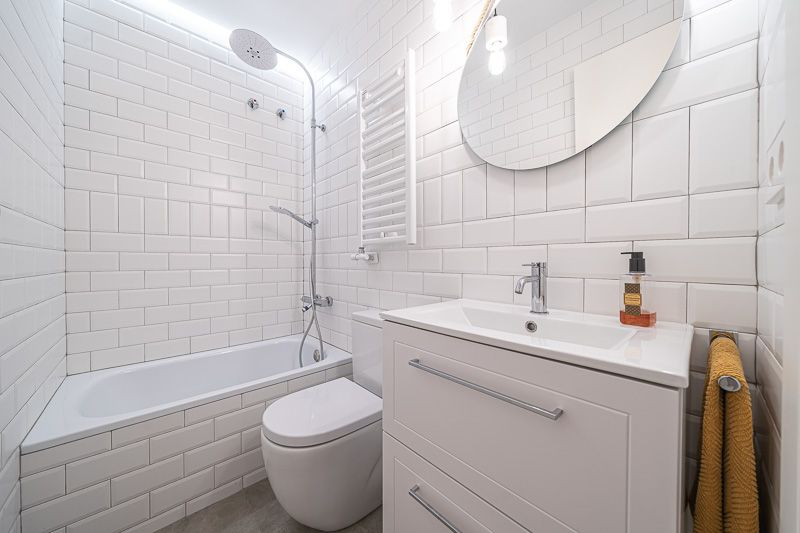 Baño o lavabo mínimo con bañera