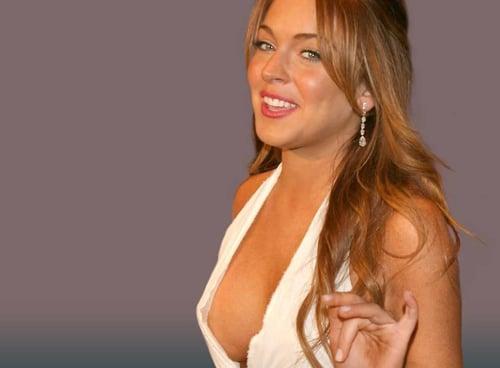 Lindsay Lohan recogiendo el premio. [dramatización]