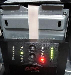 APC Smart-UPS 1500 フロントパネルを外したところ