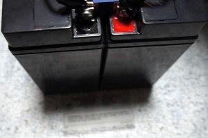 FIAMM FG21803 2個ドッキング with ヒューズ&ケーブルス featuring エコピュア12 PLUS 純正バッテリーの下のビラビラ
