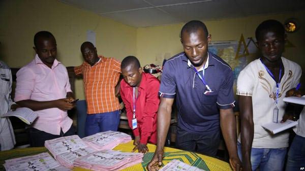 Decompte des voix lors de la présidentielle de 2015 en Guinée.