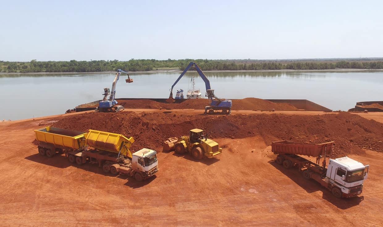 La Guinée dispose à ce jour des plus grandes réserves de bauxite dans le monde. Cette roche constitue le principal minerai permettant la production d'aluminium.