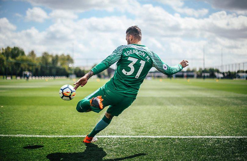 Longest football drop kick attempt tcm28 525463 - Relembre quando jogador Ederson do Manchester City conquista o recorde de tiro de meta