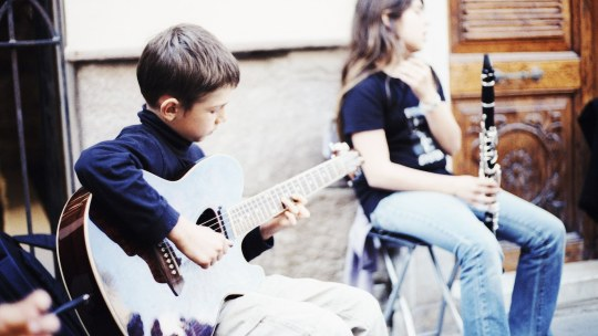 Corsi di chitarra per bambini: consigli
