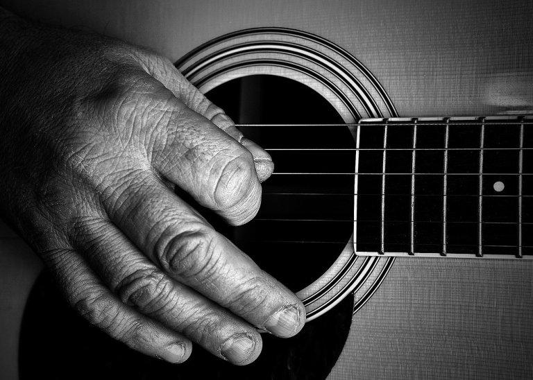 Mano esperta chitarra