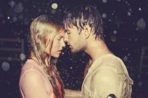 deux amoureux s'embrasse sous la pluie