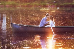 Couple qui s'embrasse sur un lac