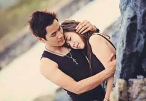 Couple qui prend soin l'un de l'autre