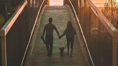 Un couple qui était heureux avec un chien