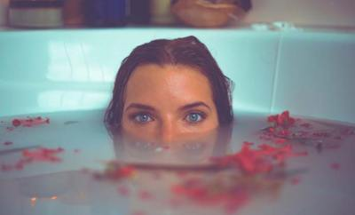Prendre un bain en amoureux