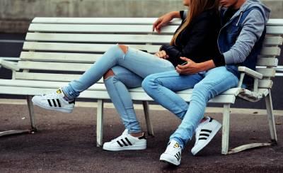 Deux amants sur un banc