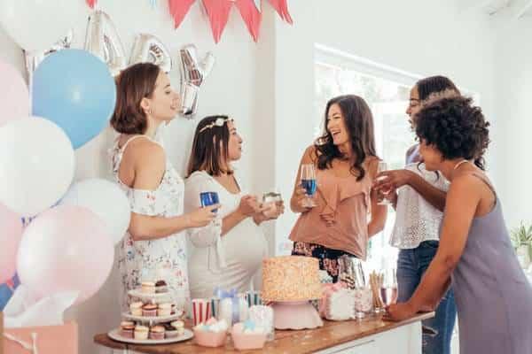 Femmes qui participent à une baby shower