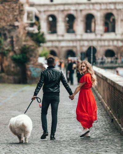 Un couple qui se promenne avec leur chien