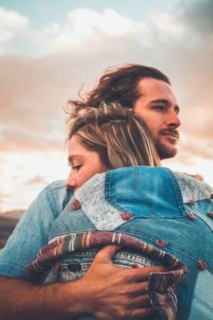 Homme et femme qui s'aiment