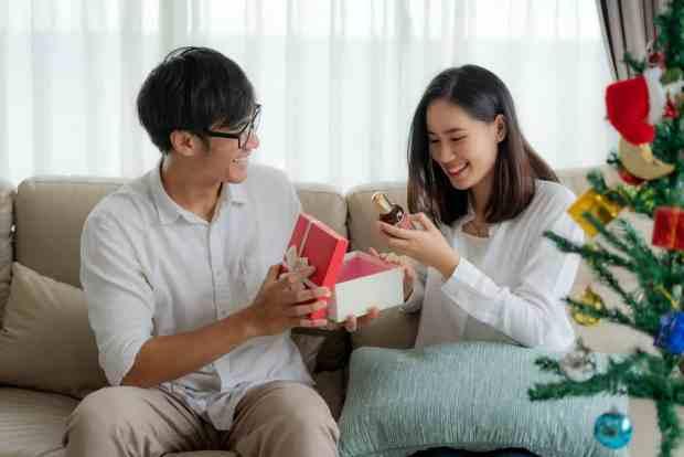 Couple qui ouvre une box beauté