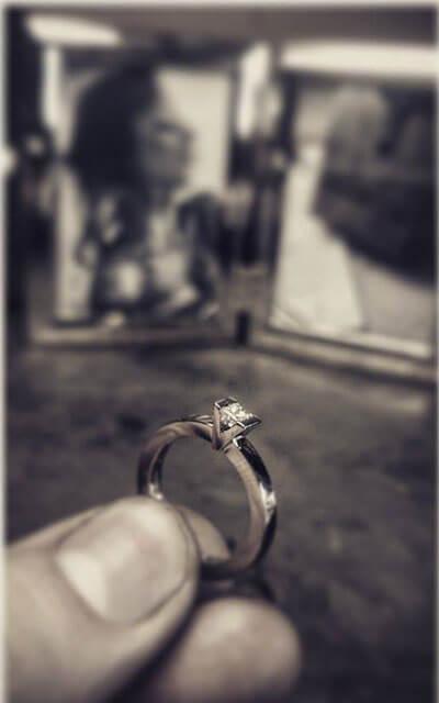 enstensring i vitguld med prinsess slipad diamant