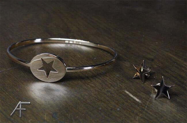 armring och örhänge i guld i form av stjärna