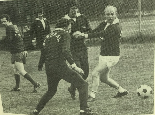 O'Leary faced by Terry Neill and Don Howe, while Liam Brady and Pat Jennings look on