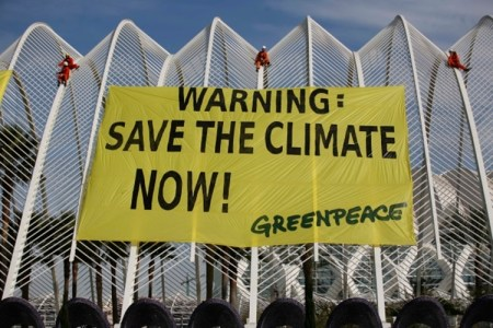 Una acción de protesta de Greenpeace en la Ciudad de las Ciencia de Valencia