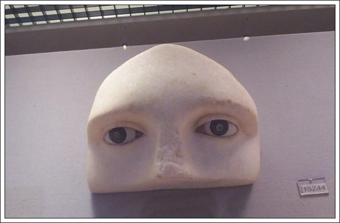 Fragmento de escultura griega en Museo Arqueológico de Atenas