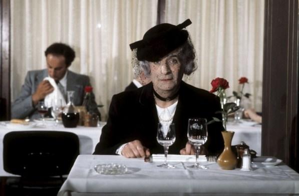 Louis de Funes, 1976 yapımı L'aile ou la cuisse (Eti Benim Kemiği Senin) filminde restoran yazarlarının tanınmamak için neler yaptığını esprili bir biçimde canlandırmıştı.